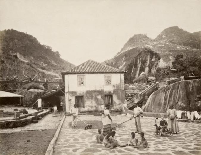 Foto-da-Fazenda-Quititi-no-Rio-de-Janeiro-1865.-Observe-o-impressionante-contraste-entre-a-criança-branca-com-seu-brinquedo-e-os-pequenos-escravos-descalços-aos-farrapos-Georges-Leuzinger_Acervo-Instituto-Moreira-Salles