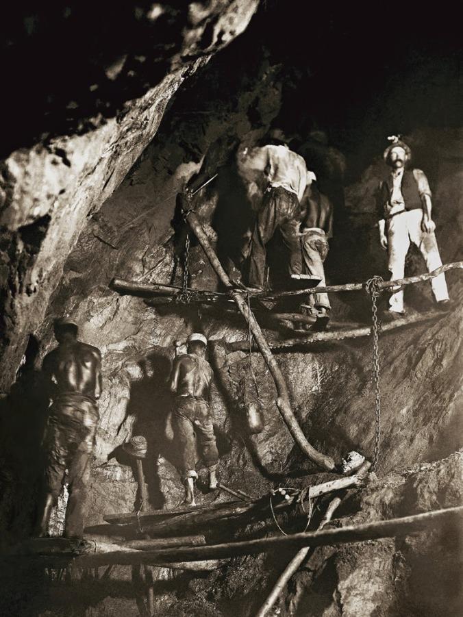 Primeira-foto-do-trabalho-no-interior-de-uma-mina-de-ouro-1888-Minas-Gerais.-Marc-Ferrez_Acervo-Instituto-Moreira-Salles